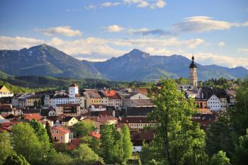 Die ehemalige Salinenstadt Traunstein liegt an der historischen Soleleitung.