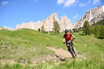 Abfahrt auf engem Single Trail vom Dantercepies nach Corvara