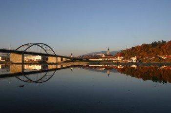 Die moderne Donaubrücke in Deggendorf