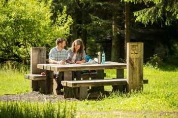 Benches and tables invite you to take little breaks in between.