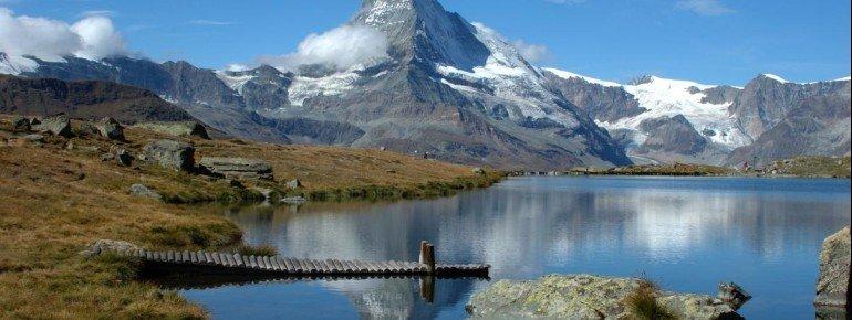 Am Stellisee spiegelt sich das Matterhorn im Wasser