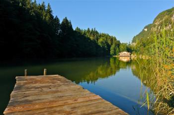 Malerisch eingebettet liegt der Berglsteiner See in der Nähe von Kramsach