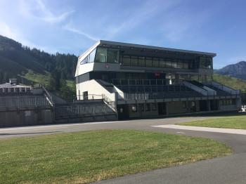 Der Rundwanderweg führt am Biathlonstadion Hochfilzen vorbei.