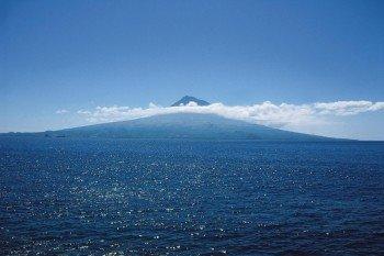 Ausblick vom Meer auf die Insel Pico und den höchsten Berg Portugals, den Pico