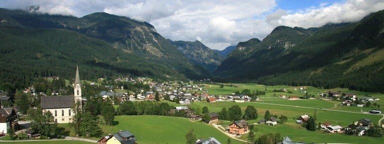 Die Gemeinde Gosau liegt eingekesselt im Tal zwischen hohen Gipfeln