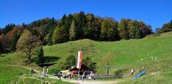 Zahlreiche Hütten laden auf dem Wanderweg im Kaisergebirge zur Einkehr ein.