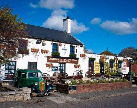 Genieße irische Köstlichkeiten im berühmten Johnnie Fox's Pub