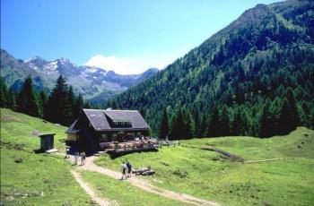 Die Duisitzkarseehütte liegt am gleichnamigen See und bietet auch Übernachtungsmöglichkeiten
