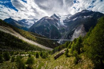 Etwa auf der Hälfte des Europaweges liegt die spektakuläre Hängebrücke.
