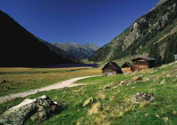 Am Riesachsee erwarten Sie urige Almhütten