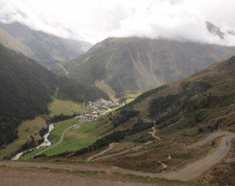 Auf dem tollen Abstieg können von weiter Ferne die ersten Häuser von Vent gesichtet werden