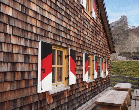 Die Memminger Hütte mit ihren tollen Fensterläden und den Lechtaler Alpen im Hintergrund
