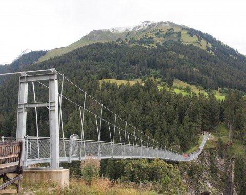 Österreichs längste Seilhängebrücke kurz vor Holzgau