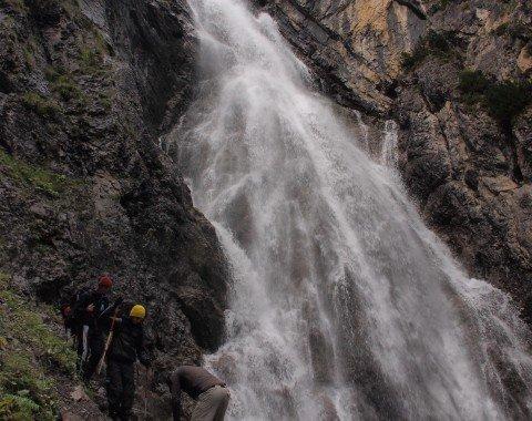Der Wasserfall befindet sich nach dem Abstieg von der Kemptner Hütte und kann schnell abseits des Weges besichtigt werden
