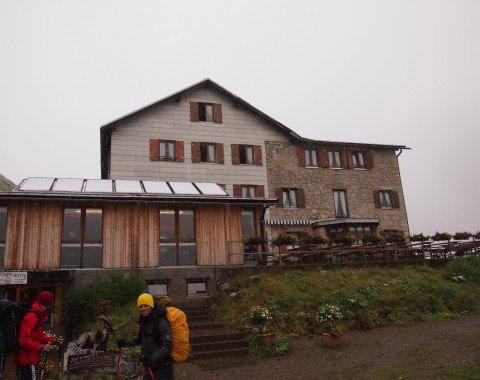 Aussenansicht der Kemtpner Hütte auf 1810m
