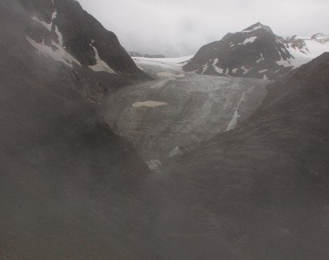 Der Ausblick von der Terrasse der Braunschweiger Hütte auf den Pitztaler Gletscher