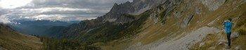 Auf dem schmalen Pfad unterhalb der Bischofsmütze Richtung Hofpürglhütte
