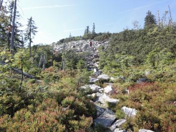 Über Granitblöcke gehts zum Gipfel