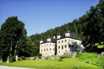 Unterwegs kannst du Schloss Höch einen Besuch abstatten.