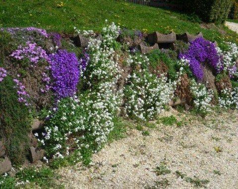 Blumendekoration am Wegrand