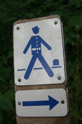 Der Weg ist mit dem blauen Gendarmen-Symbol gekennzeichnet