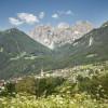 Das Dorf Telfes im Stubai wird auch als Rosendorf bezeichnet. Im Hintergrund sind die Kalkkögel zu erkennen.