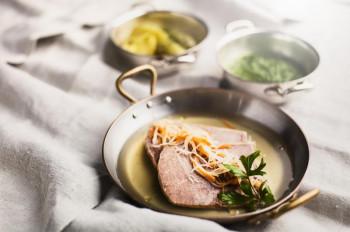 Nach der Wanderung kann man sich mit regionalen Speisen, wie beispielsweise einem Tafelspitz oder einem Gulasch vom Stubaier Jungrind belohnen.