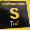 Das schwarz-gelbe Logo des Trails im Salzkammergut.