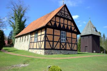 Diese Heidekirche können Wanderer in Undeloh besichtigen.