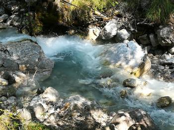 Kristallklares Wasser im Halltal