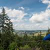 Auf dem Höhenweg erlebst du dichte Wälder, weite Aussichten und einmalige Felsformationen aus Granit und Schiefer.