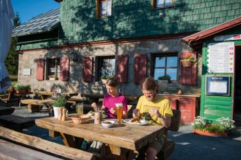Verschiedene Gasthöfe und Hütten laden zu einer leckeren Jause ein.