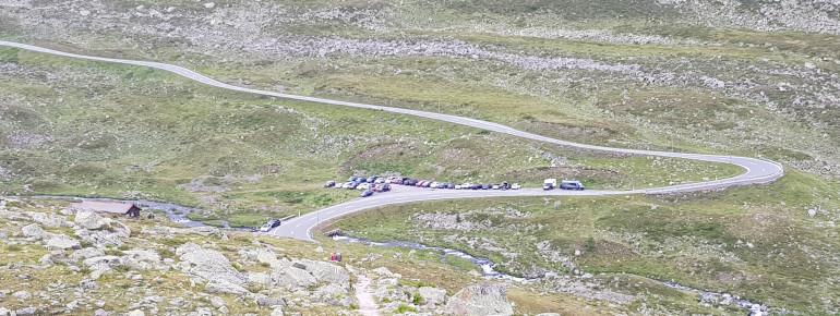 Der Parkplatz Wägerhus ist über den Flüelapass mit dem Auto oder Bus erreichbar. Er ist Start- und Endpunkt der Wanderung.