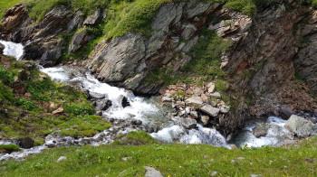 Der Weg zum Berghaus Vereina erfolgt entlang eines Bachs (siehe Variante).