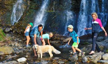 Toben mit der ganzen Familie im Auslauf des Wasserfalls