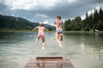 Sprung in den erfrischenden Lauenensee