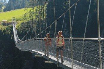 Du überquerst eine der längsten Fußgänger-Hängebrücken Europas.