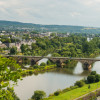 Vom Moselsteig aus hast du eine einmalige Aussicht über das Moseltal bei Trier.