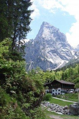Schöne Blicke auf die imposanten Steilhänge des Kaisergebirges sind auf der Tour allgegenwärtig.