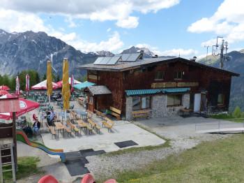 Das Alpengasthaus Karwendel nahe der Karwendel-Bahn Bergstation bietet neben einer herrlichen Sonnenterrasse mit Panoramablick auch einen Kinderspielplatz.
