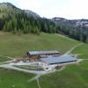 Die Bärenbadalm befindet sich inmitten des Karwendelgebirges am südlichen Berghang des Zwölferkopfs und auf halber Strecke des Panoramarundweges.
