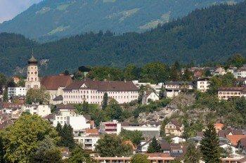Die schöne Alpenstadt Bludenz im Sommer