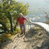Besonders steile und eindeutig gefährliche Stellen sind mit Geländern oder Seilen gesichert.