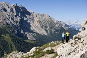 Wanderpaar entlang des Hirzlweges
