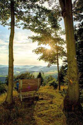 Der Rothaarsteig bietet zahlreiche Aussichtspunkte. Während der Wanderung eröffnet sich dir unter anderem der Blick über das Sauerland, das Wittgensteiner Bergland und das Siegerland.