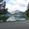 Der Achensee ist an der Westseite jederzeit nur ein paar Meter vom Weg entfernt, der durchgehend von Maurach bis Achenkirch geteert ist.
