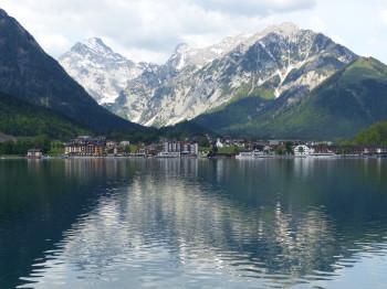Blick vom Ostufer auf Pertisau und das dahinterliegende Karwendelgebirge.
