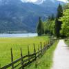 Nach Achenkirch erwarten dich saftige Wiesen und ein gut befestigter Waldweg befor der Mariensteig beginnt.