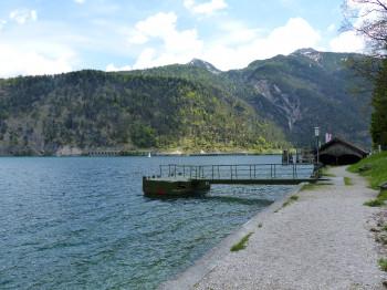 Die Gaisalm ist auch eine der Stationen der Linienschifffahrt auf dem Achensee. An den Haltstellen kann die Rundwanderung abgekürzt werden.