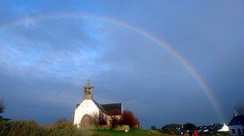 Regenbogen über der kleinen Kapelle von Hoedic